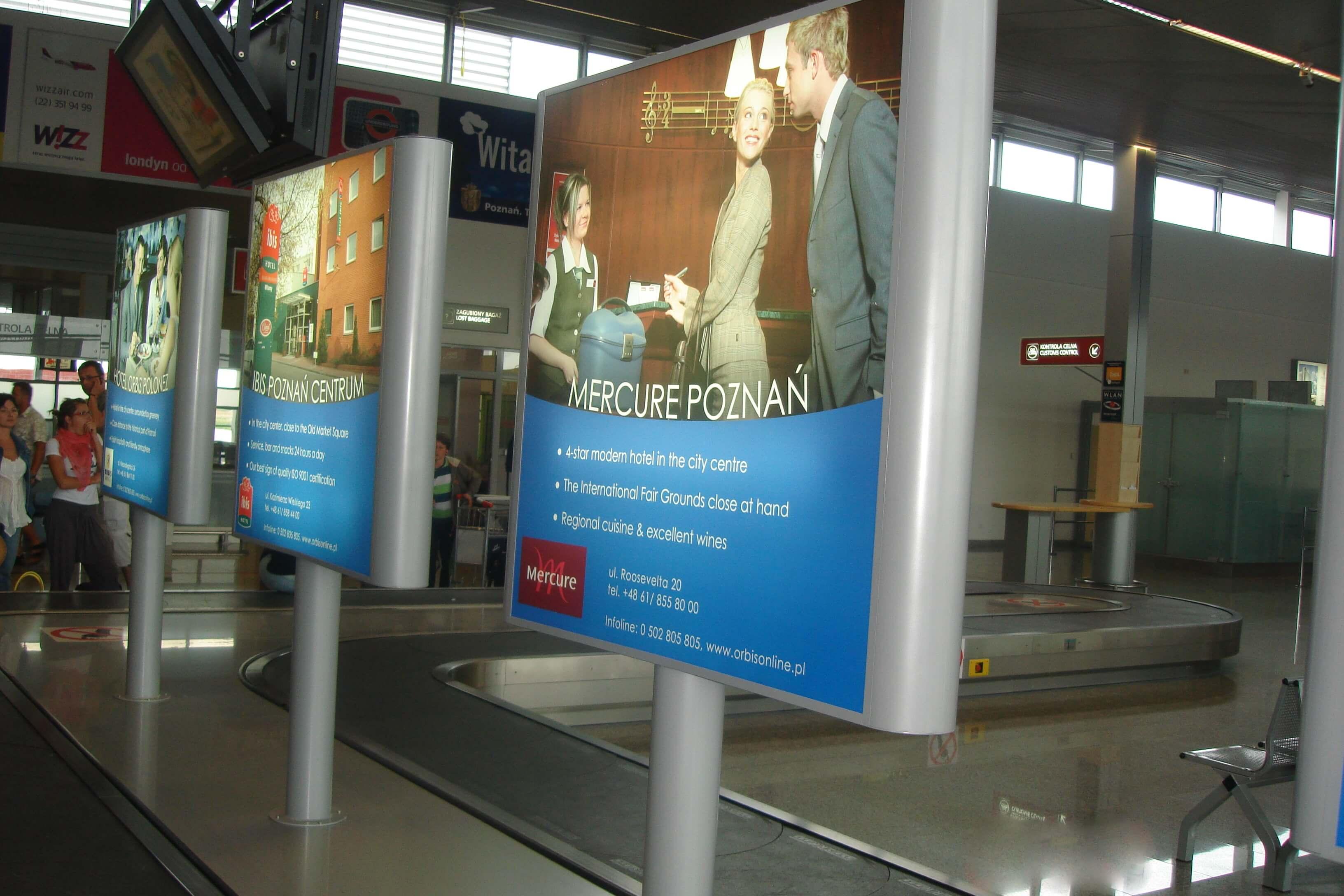 totemy reklamowe wewnątrz podświetlane
